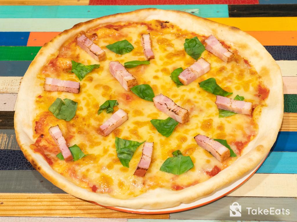 ベーコンとバジルの美味なるピザ