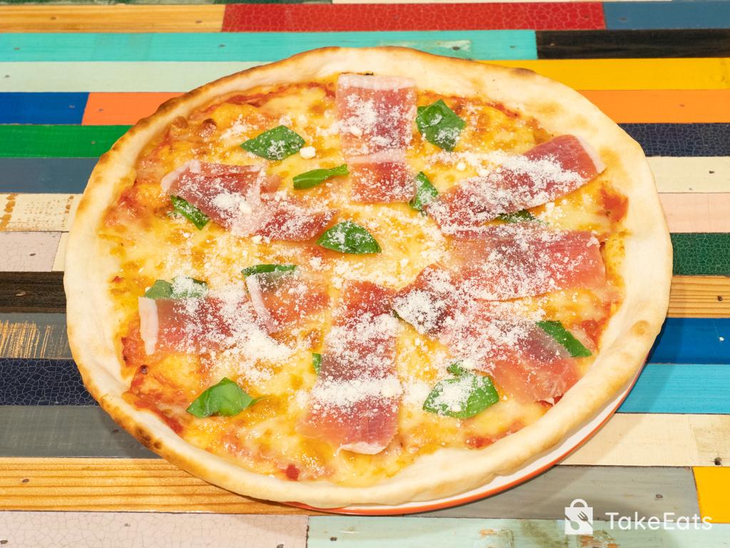 切り出し生ハム・バジル・パルメザンチーズのピザ
