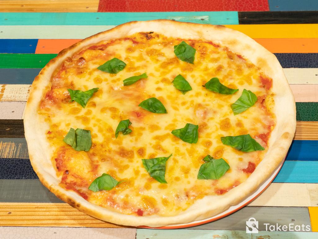 バジルとモッツァレラチーズのシンプルピザ